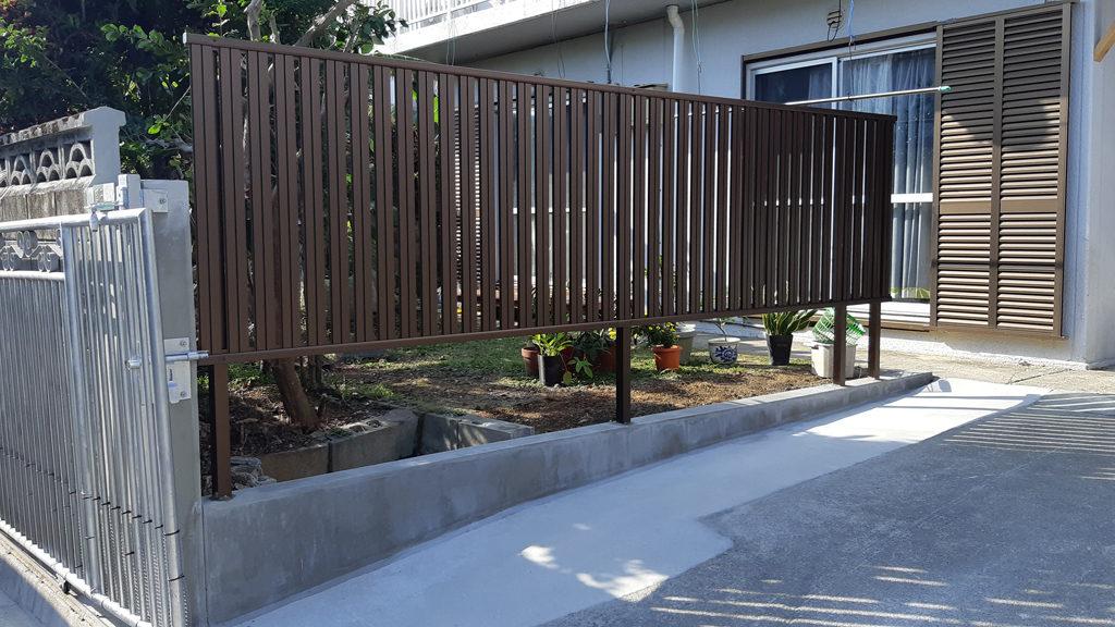 リフォームで駐車場入り口広くフェンス設置